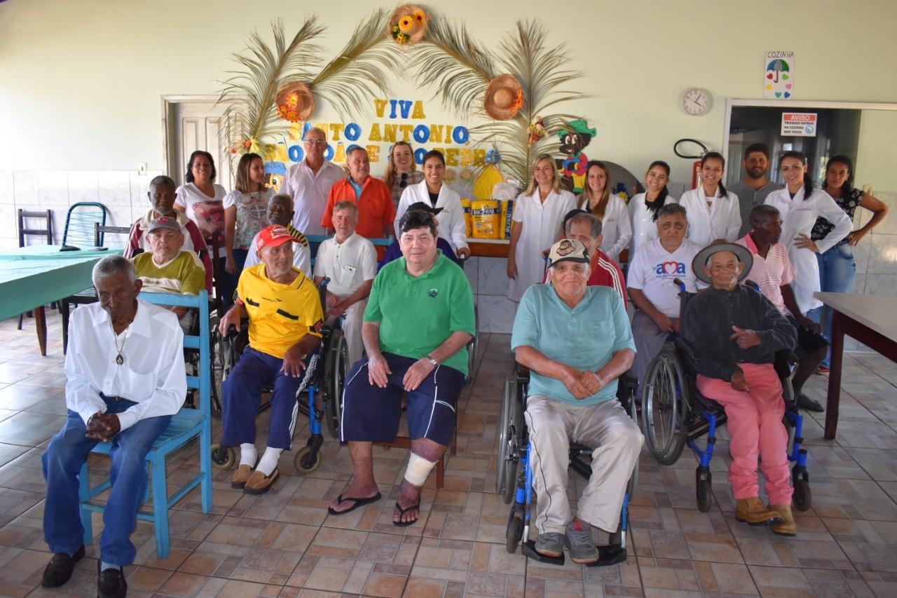 Acad�micos de Enfermagem da FAP levam alegria e doa��es ao Lar de Idosos de Piracanjuba